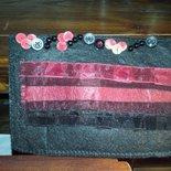 Portafoglio fatto a mano  in feltro nero e rosso decorato con nastri e perline.
