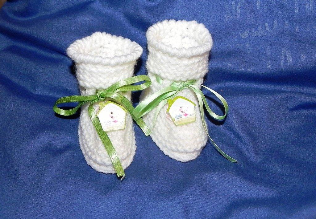 Scarpette neonato in lana bianca realizzate ai ferri