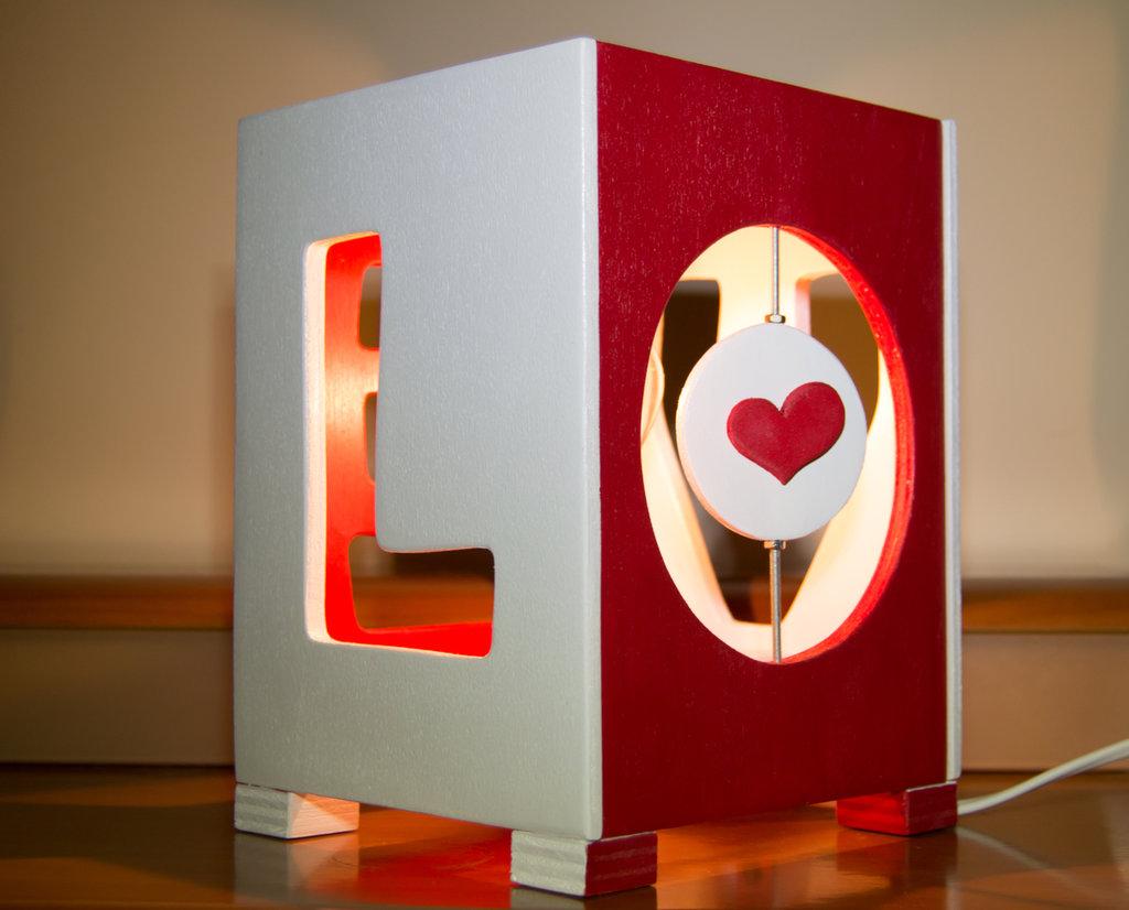 Lampada in legno da tavolo, fatta a mano, con disegni lavorati al traforo - Lampada Love