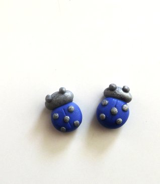 Orecchini coccinella blu ed argento in fimo montate su perni in plastica anallergici idea regalo per lei