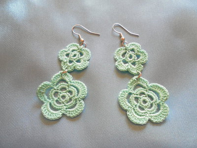 Orecchini fiore fatti all'uncinetto color verde acqua