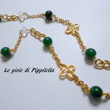 Collana lunga fatta a mano con agate verdi  , cristalli e catene  dorate.