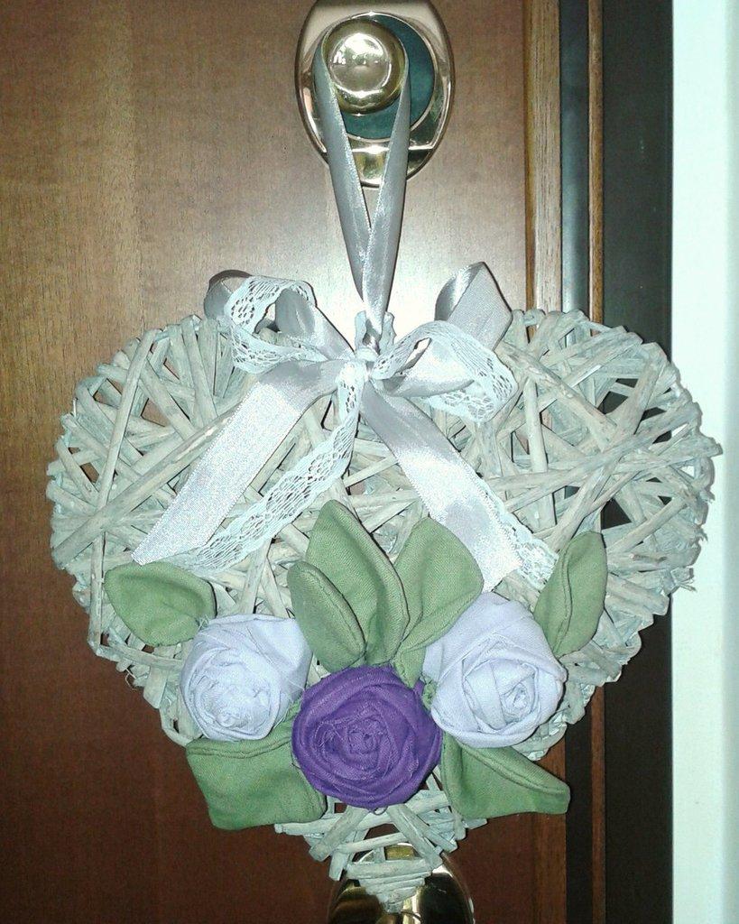 Ghirlanda fuoriporta con cuore in vimini e rose di lino
