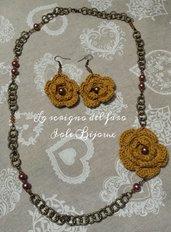 Collana e orecchini con fiori uncinetto giallo senape