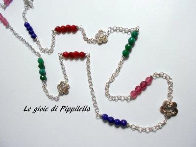 Collana lunga con gruppi di agate verdi, rosa, viola e bordò e fiori in metallo argento, idea regalo.
