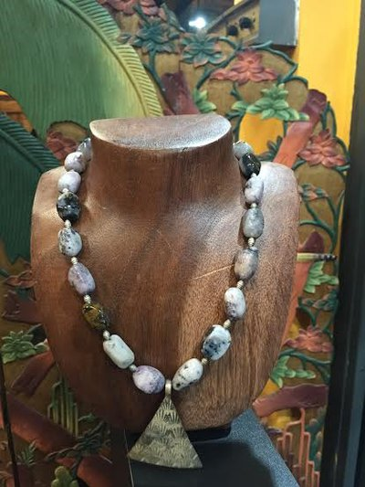 Collana in pietra dura , Suggillite. Ciondolo Thaylandese in argento.
