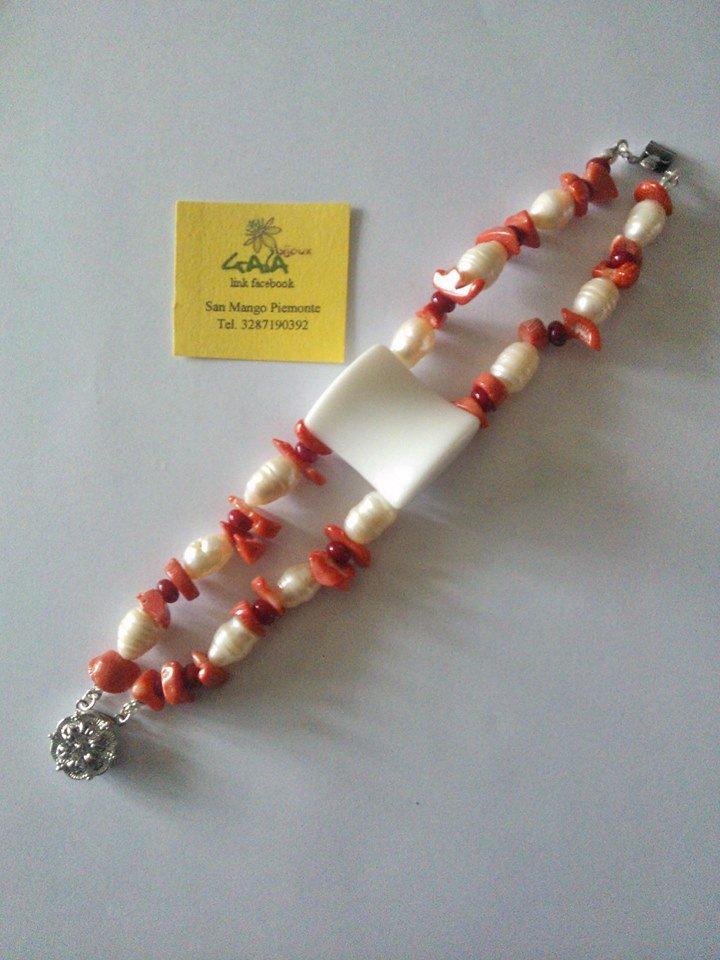 Bracciale con elemento centrale in agata bianca, due fili di chips in corallo e perle di fiume