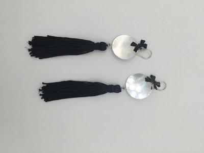 Orecchini con nappe di colore nero
