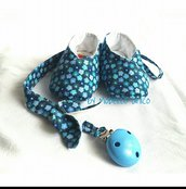 scarpine bebè e porta ciuccio abbinato cotone blu con fantasia a fiori azzurri