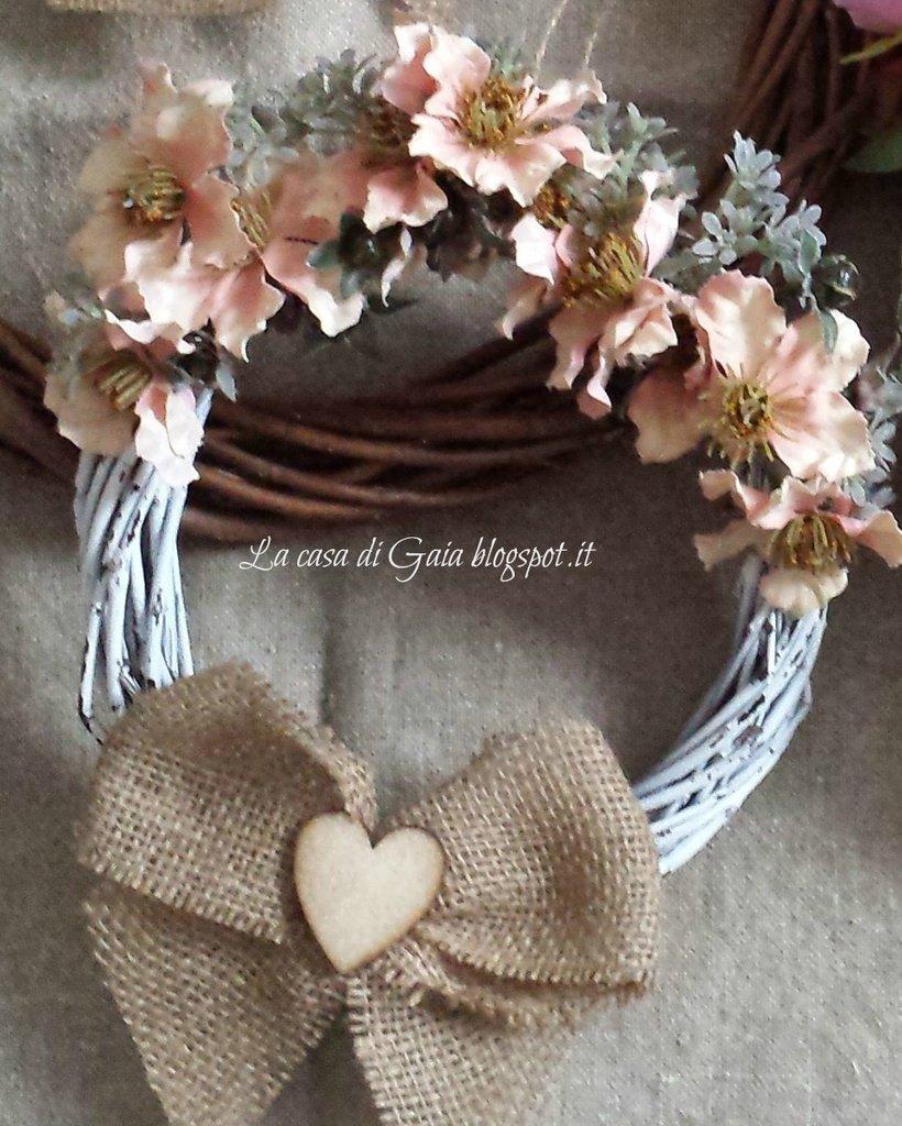 Ghirlanda fuori porta bianca con fiorellini rosa antico in stile shabby chic