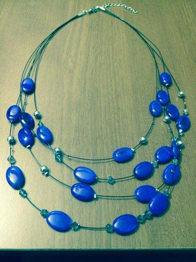 Girocollo con perle ovali blu