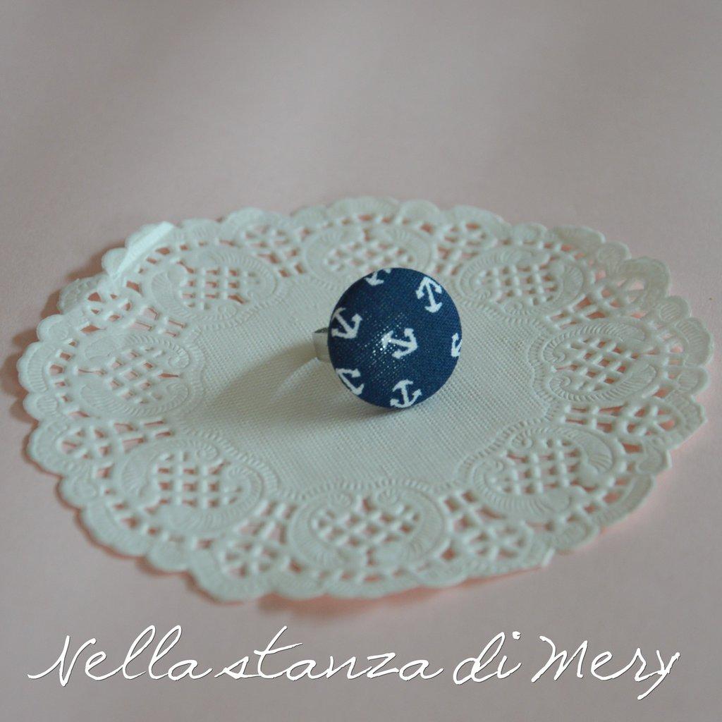 Anello bottone con stoffa blu con le ancore