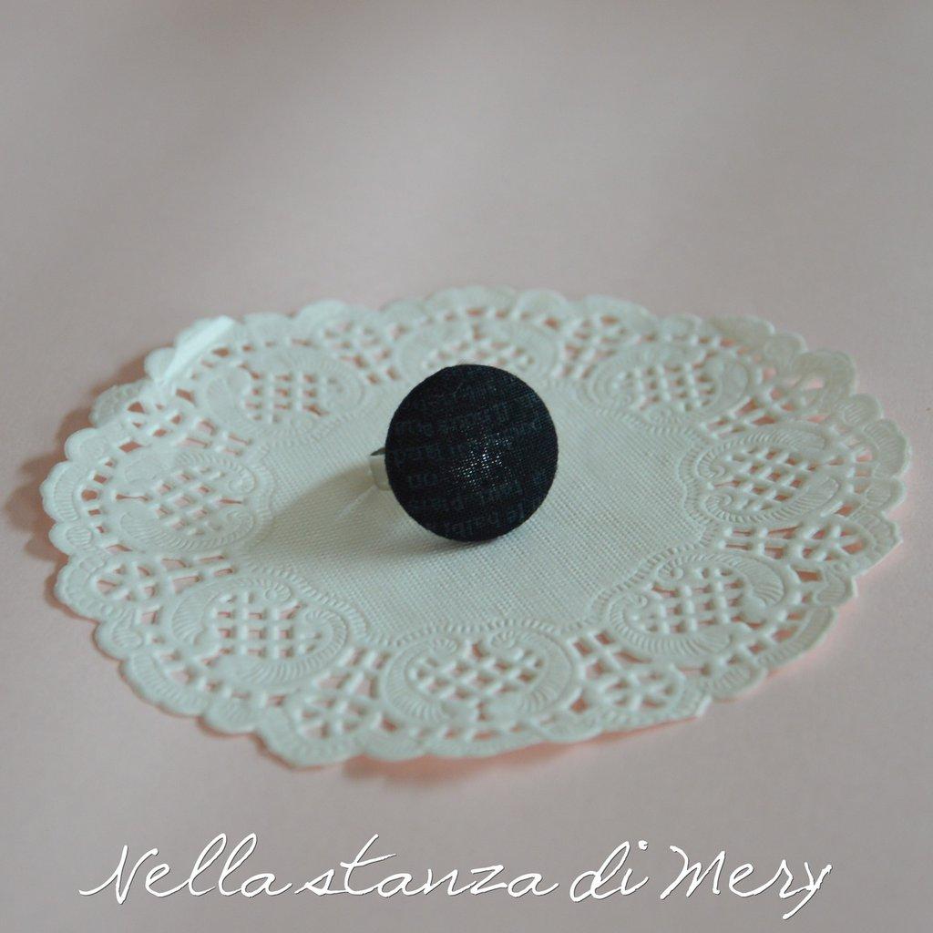 Anello bottone con stoffa nera e scritte