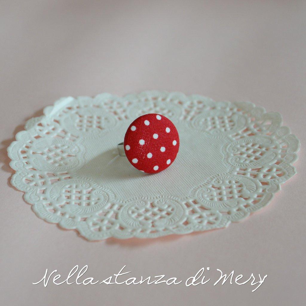 Anello bottone con stoffa rossa a poins