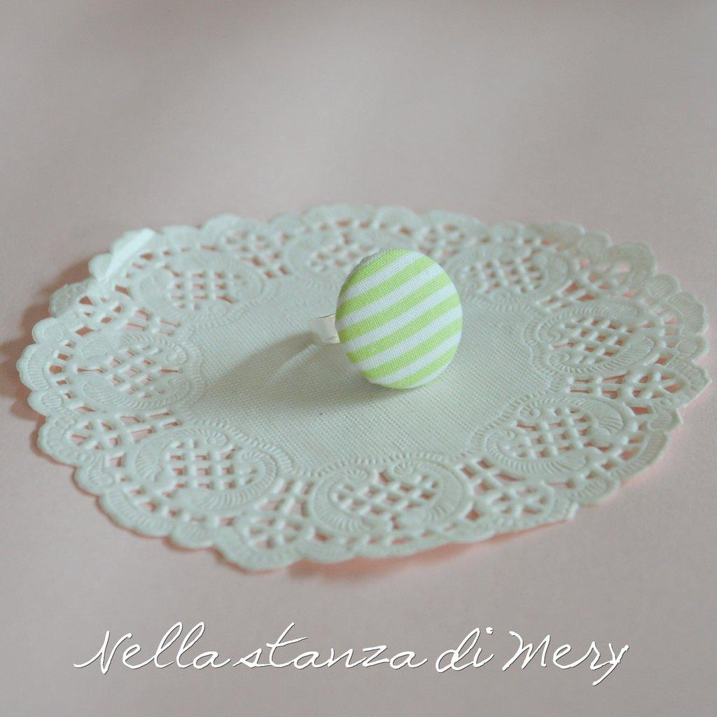 Anello bottone con stoffa a righe bianche e verdi