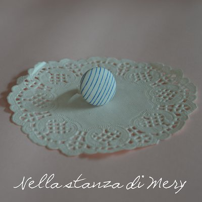 Anello bottone con stoffa a righe bianche e blu