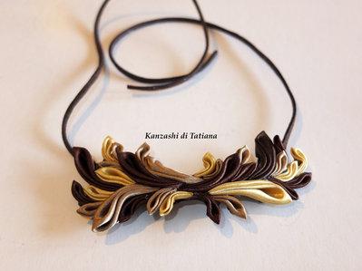 Collana kanzashi fatta a mano colore marrone, biege,giallo