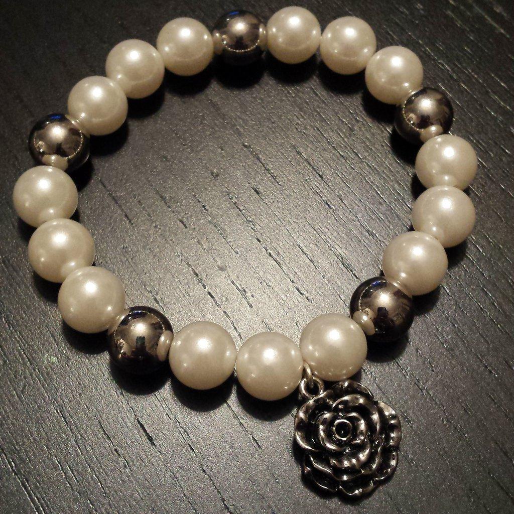 Bracciale elastico perle bianche e ciondolo rosa