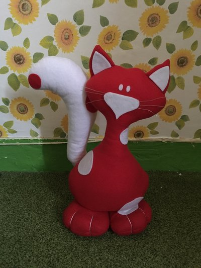Fermaporta gatto con piedoni realizzato a mano in pannolenci rosso a pois bianchi
