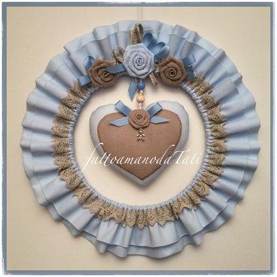 Fiocco nascita tondo in cotone azzurro con rose e cuore di cotone e lino ecrù