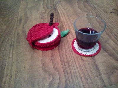 Sottobicchieri all'uncinetto a forma di mela rossa