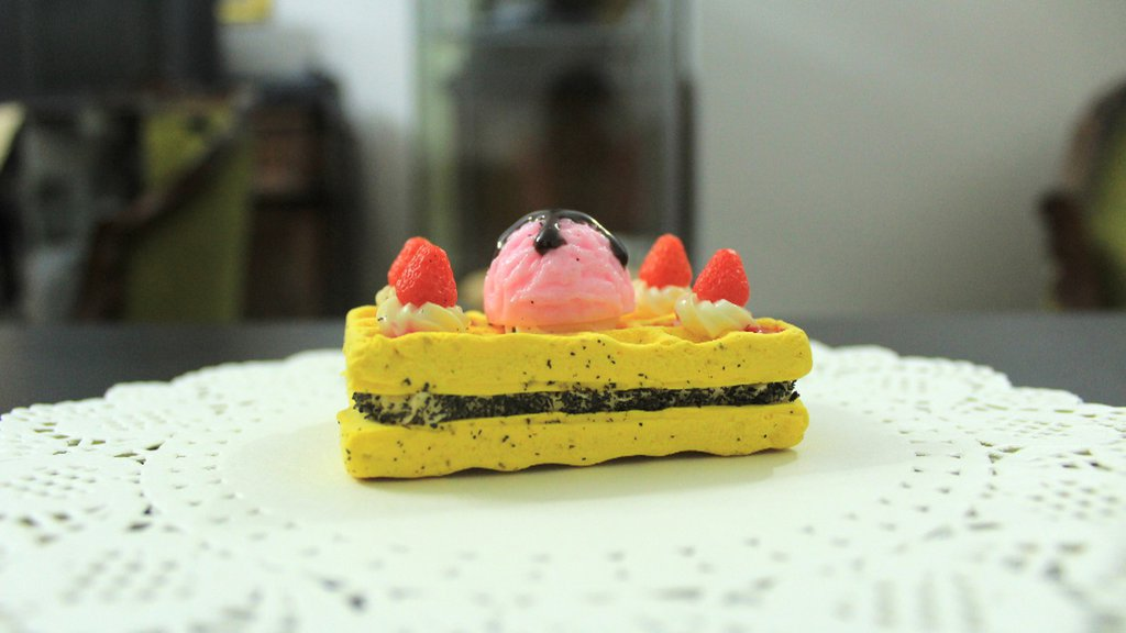 Squishy torta wafer con panna e fragole