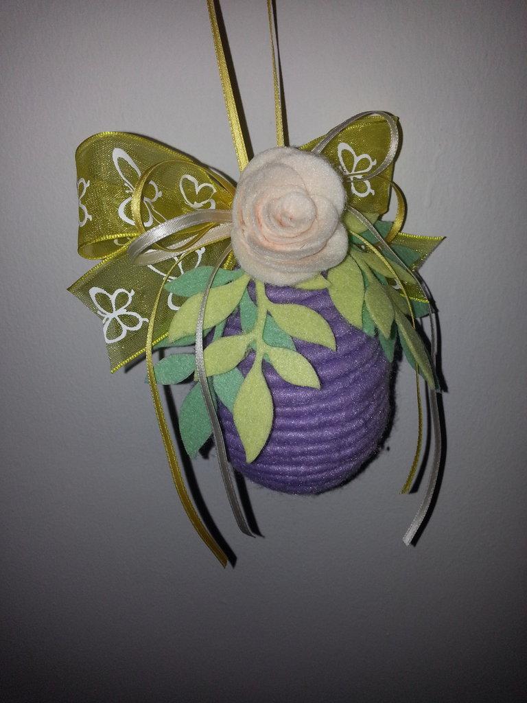 Uovo di pasqua decorato a mano con feltro