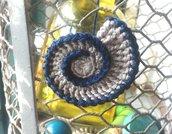 Conchiglia fatta a mano lavorata ad uncinetto utilizzata come applicazioni su tessuti tema mare