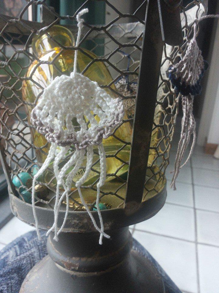 Medusa fatta interamente a mano lavorata ad uncinetto con filato di cotone bianco e rosa antico utilizzata come aplicazione su tessuti o oggetti di arredamento