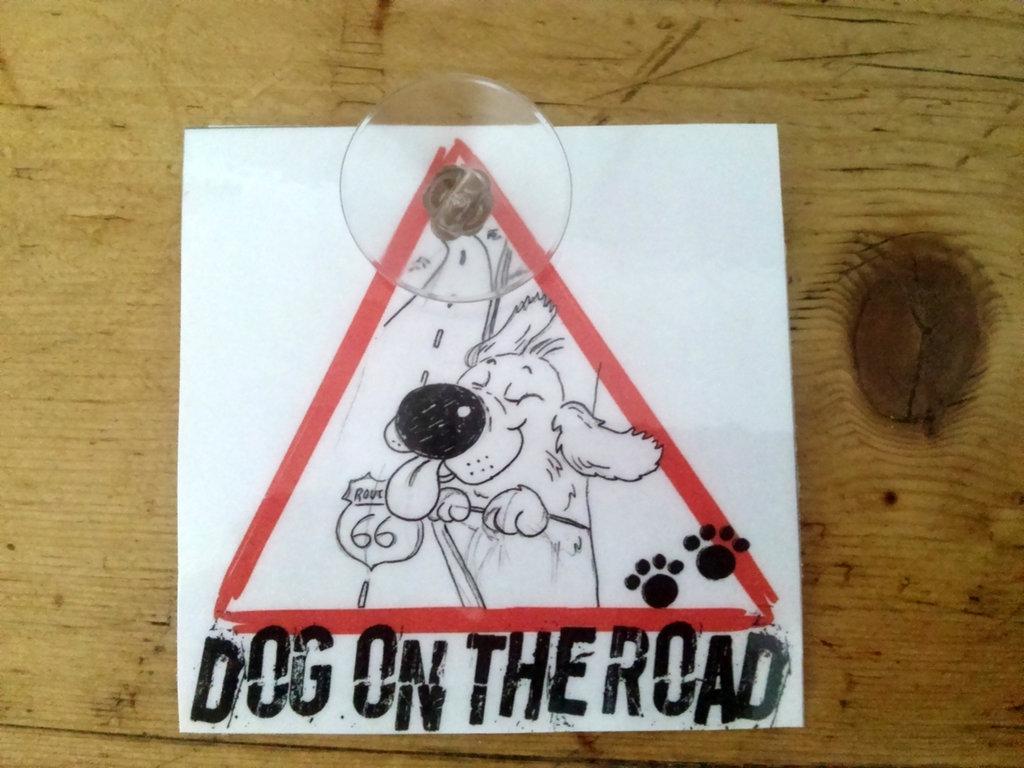 targhetta per auto -dog on the road