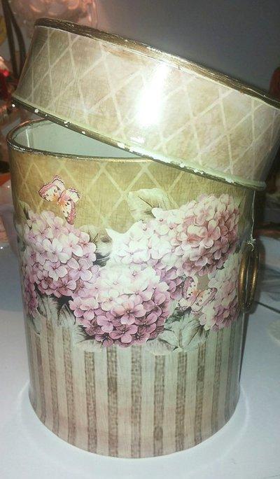 Barattolo in latta con manici decorato con decoupage carta campestre con ortensie e piccole farfalle