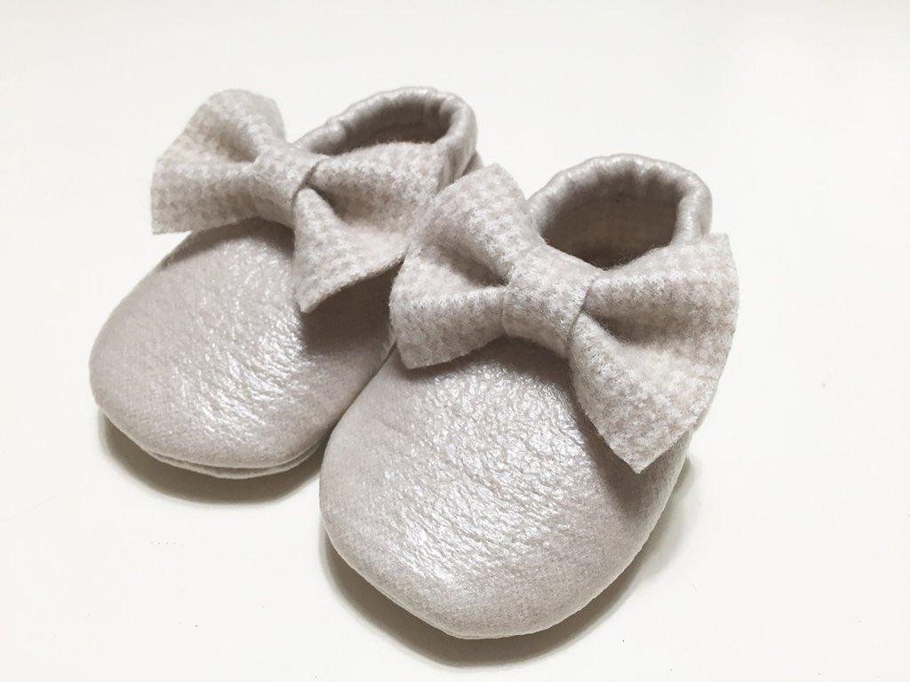 MOCASSINI in simil pelle dorata con interno e fiocco in trama piedipull per neonati/e e bambini/e