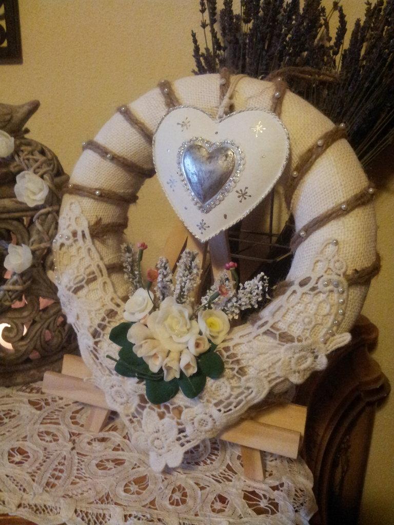 Girlanda  realizaata a mano in tela di yuta e fiori in pasta di mais