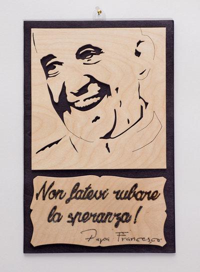 Quadro in legno Papa Francesco, fatto a mano con sfondo Nero e immagine Betulla naturale
