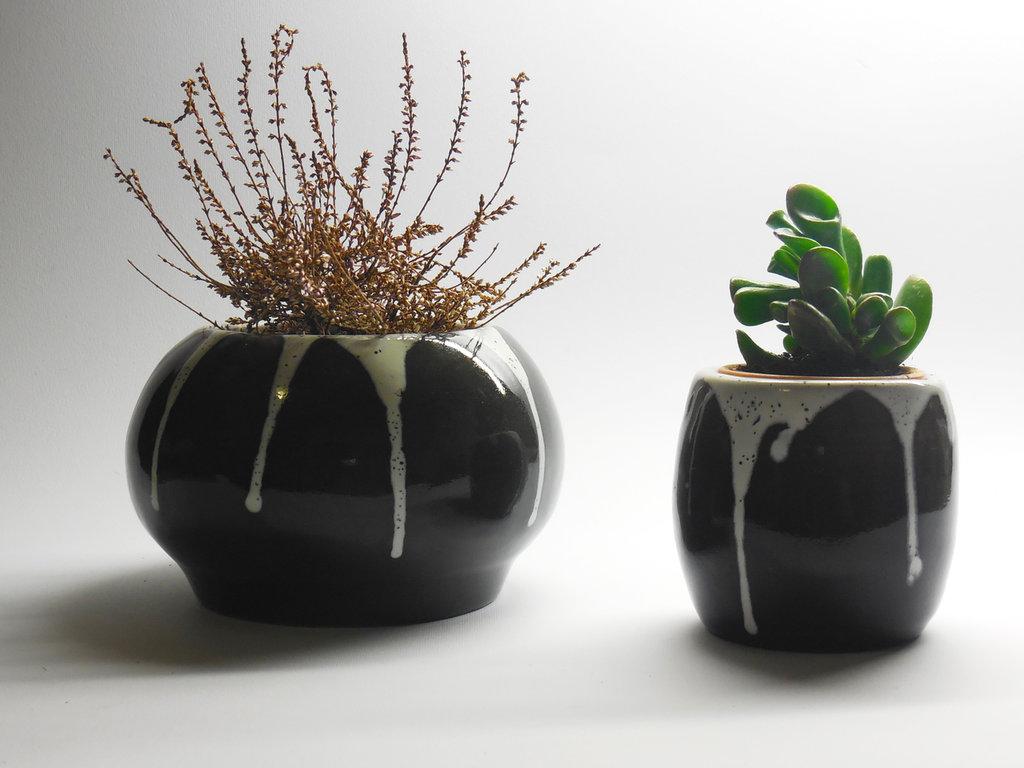 Coppia di vasi in ceramica, con smalti bianchi e neri