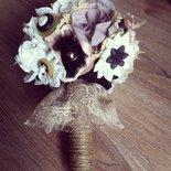 Bouquet gioiello con fiori di stoffa e carta