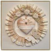 Fiocco nascita tondo in cotone tinta burro con pizzo, rose,cuore patchwork e farfalla