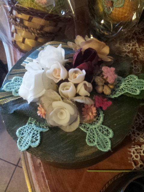 Scatola in legno decorata con fiori in pasta di mais