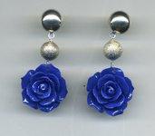 Orecchini pendenti con grande rosa blu