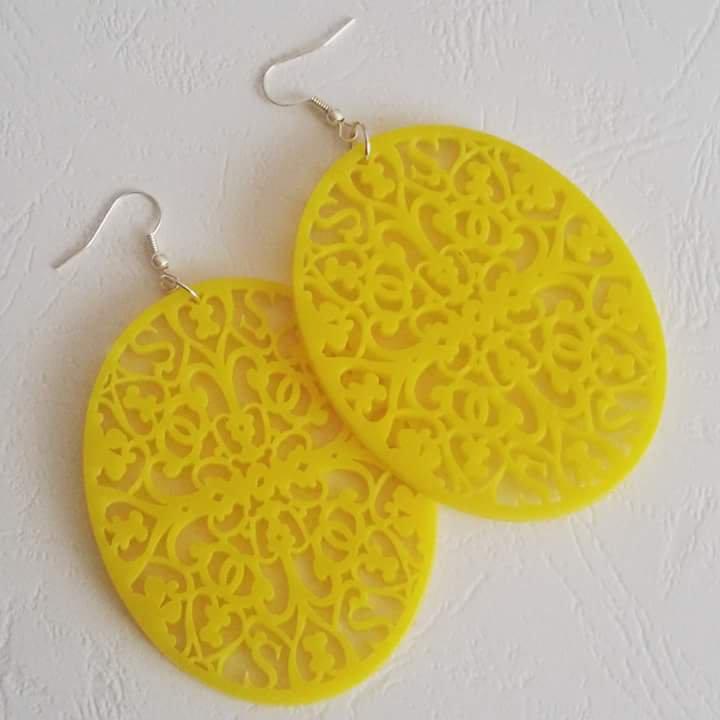 Orecchini gialli in plastica