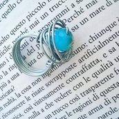 Anello con pietra dura celeste realizzato con tecnica wire