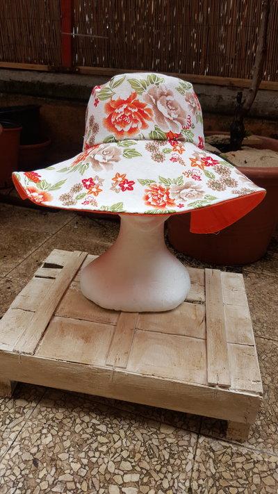 cappello reversibile con tesa