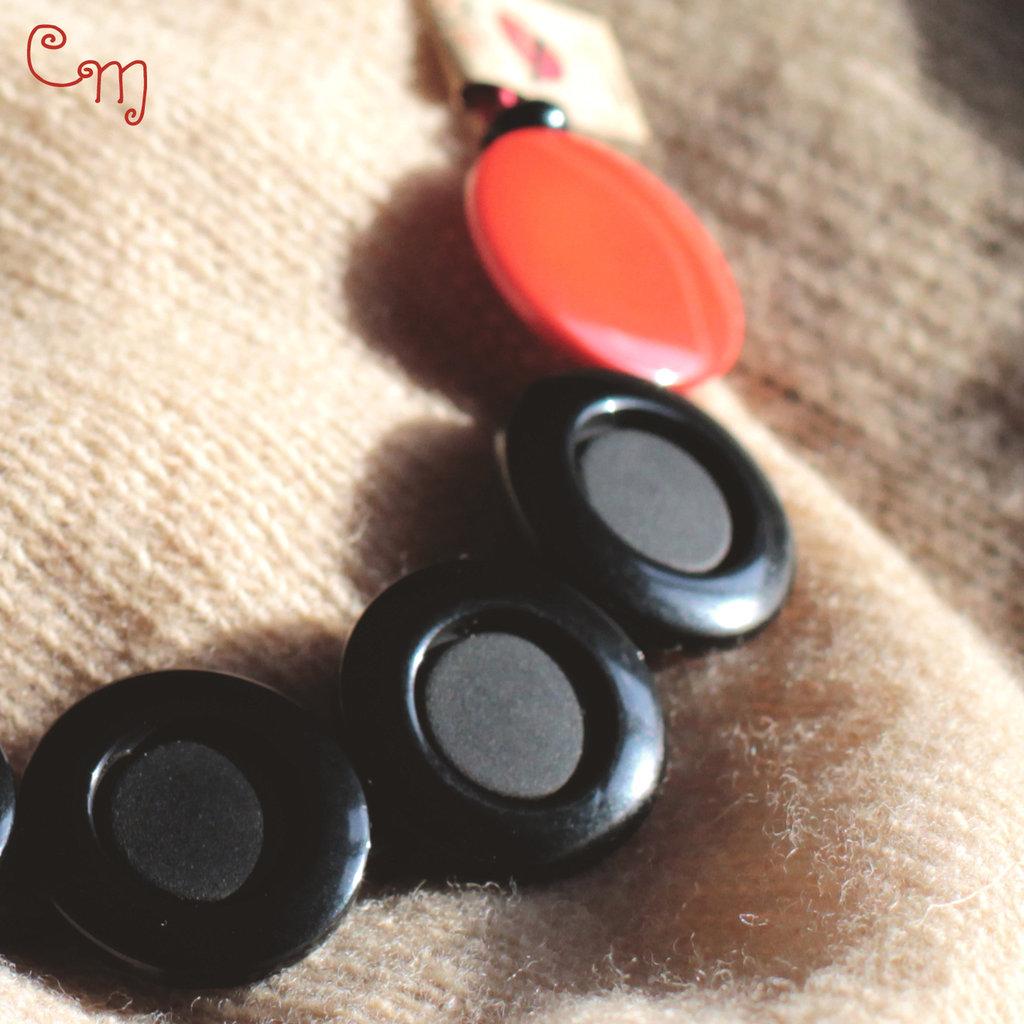 Collana corta con bottoni neri e rossi - C.7.2016