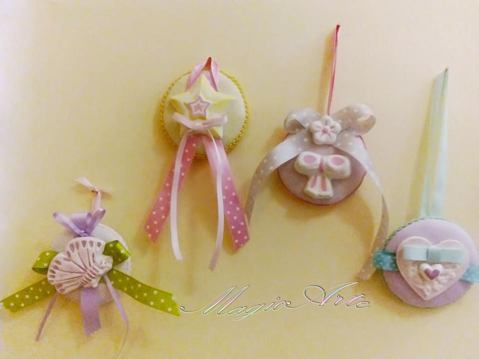 Bomboniere battesimo medaglie colorate con farfalla stella fiocco e cuore