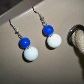 Orecchini pendenti perla tonda bianca e blu