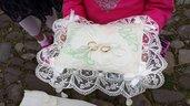 cuscino portafedi in lino ricamato con iniziali degli sposi