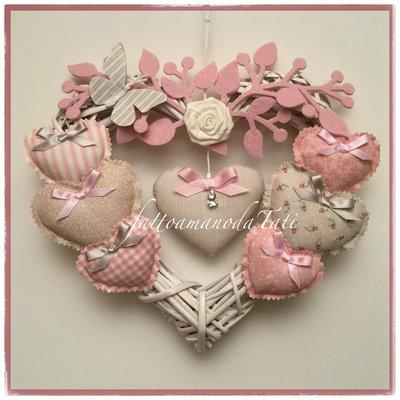 Fiocco nascita 8 cuori in vimini con rosa,farfalla e cuori imbottiti sui toni del rosa e beige