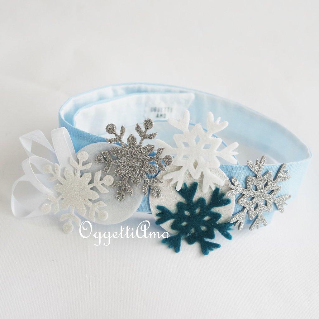 Un copricapo super-decorato con cristalli di ghiaccio e glitter per la festeggiata della festa a tema Frozen