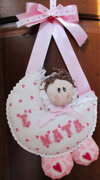 """Fiocco nascita """"Passeggino con bimba"""" in stoffa bianca con cuoricini rosa, merletto e scritta in feltro"""