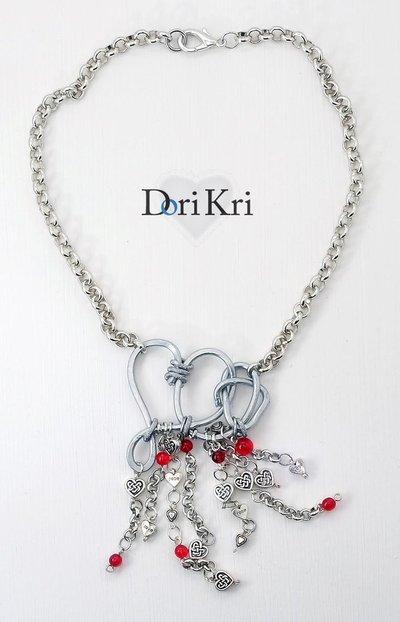 Collana corta con cuore fatto in filo di alluminio martellato, regalo particolare per lei, collana diversa, pezzo unico